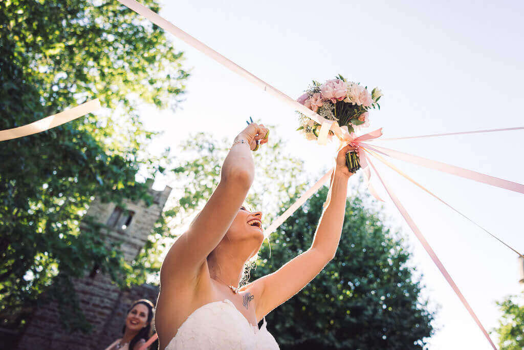 photo mariage alternaative lancer bouquet mariage ruban decouper studio graou boujan-su-libron