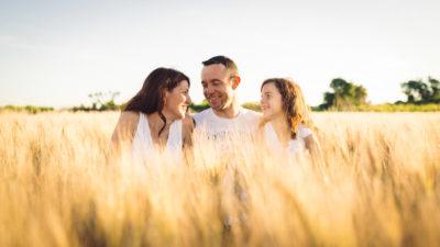 photographe famille original montpellier studio graou amour famille champ de blé