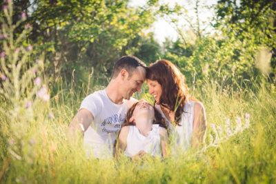 famille dans paysage naturel seance photo famille saint-genies-de-fontedit studio graou