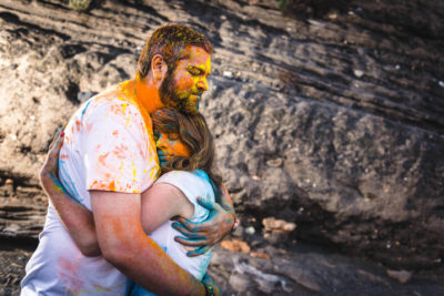 shooting couple poudre coloree holi studio graou