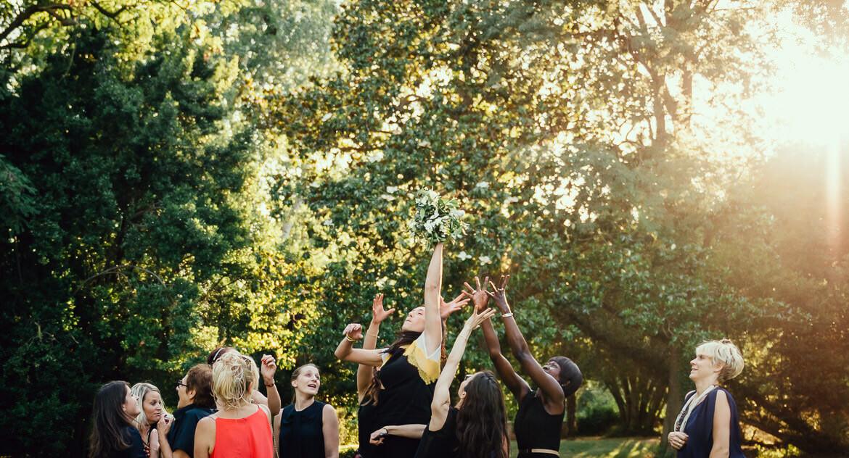 Lancer du bouquet au Château de Lignan - Studio Graou photographe mariage