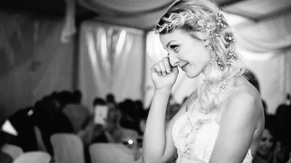 émotion mariée qui pleure au mas guilhem - studio graou