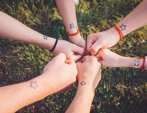 Au Lac du Salagou avec une famille tatoué