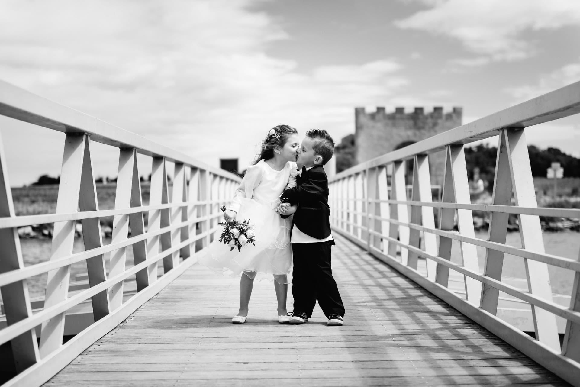 photo de groupe enfant qui s'embrasse sur le pont de villeneuve les maguelone studio graou